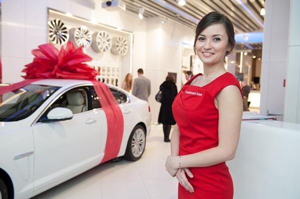 ЮниКредит Банк вручил автомобиль Jaguar XF и тысячу других призов победителям акции